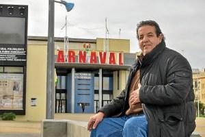 Pepe posa a las puertas del Teatro Municipal Horacio Noguera