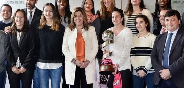 Susana Díaz, presidenta de la Junta de Andalucía, con el CB Conquero.