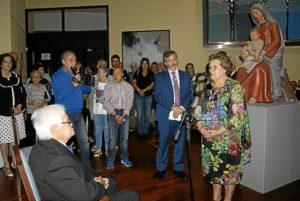 La Alcaldesa inaugura la Muestra en presencia del escultor