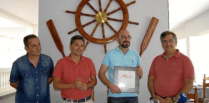 El gerente del Soli y Mar sostiene el distintivo junto al Primer Teniente de Alcalde, el concejal de Comercio y el ganador del concurso de la Ruta