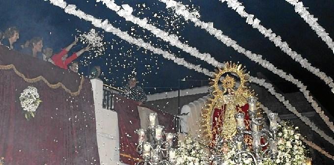 Lluvia de flores a la Virgen