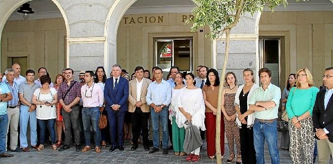 Minuto de silencio a las puertas de la Diputación Provincial.