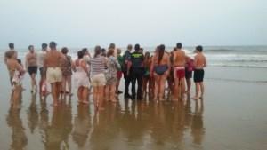 Bañistas indicando a los agentes de la Guardia Civil la zona donde se encontraban los dos pequeños.
