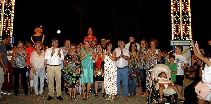 La Alcaldesa y el resto de autoridades junto a vecinos y miembros de la AAVV y la Hermandad en la Portada ya encendida