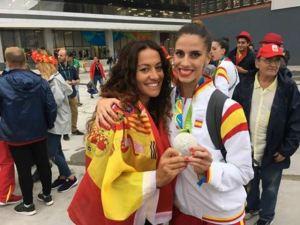 Inmaculada Márquez con la gimnasta Lourdes Mohedano.