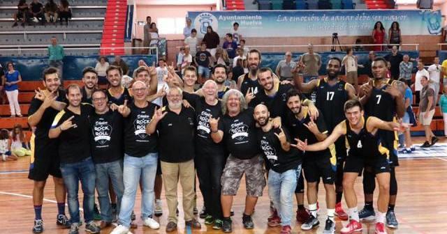 Jugadores y técnicos del CDB Enrique Benítez celebrando la primera victoria de la temporada.