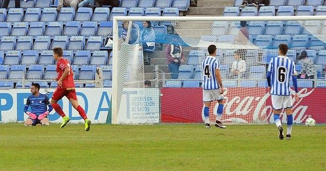 Jugadores del Recreativo lamentándose por uno de los goles del Linares.