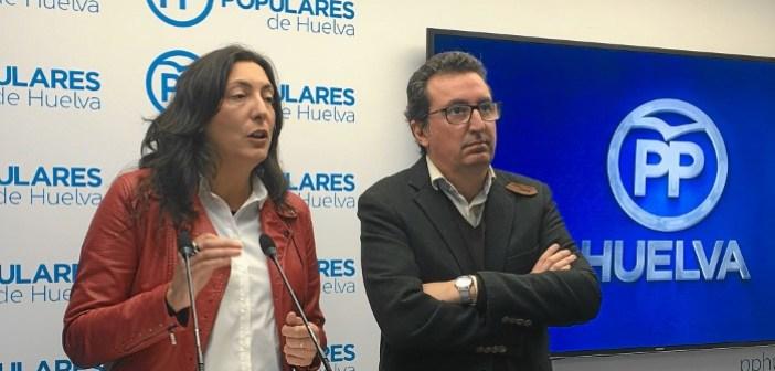 Loles Lopez y Manuel Andres Gonzalez, en rueda de prensa en Huelva (2)