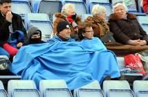 Aficionados del Recreativo de Huelva pasando frío en la grada.