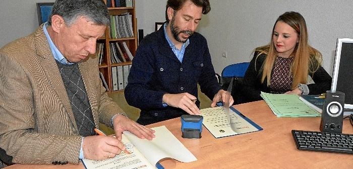 Firma convenios asociaciones en Palos de la Frontera