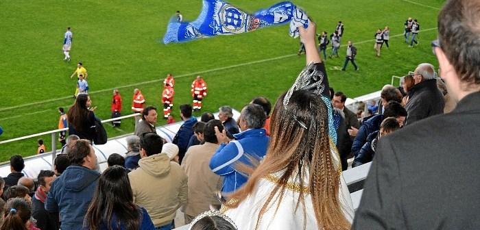 Las Choqueras hacen el saque de honor en el partido Recreativo-Villanovense (3)