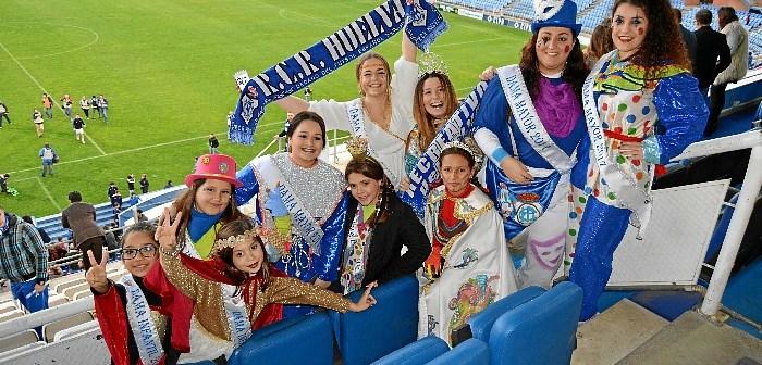 Las Choqueras hacen el saque de honor en el partido Recreativo-Villanovense (4)