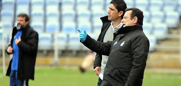 Pavón, técnico del Recreativo de Huelva, hablando con el médico Rodolfo Ortiz.