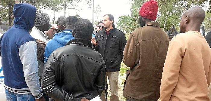 Miguel Angel Bustamente con inimigrantes en Asentamiento