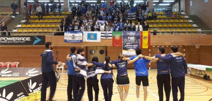 Jugadores del IES La Orden celebrando la victoria con la afición.