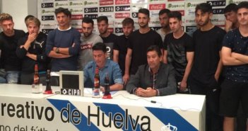 Zamora en su despedida oficial como futbolista acompañado por la plantilla, cuerpo técnico y consejo de administración.