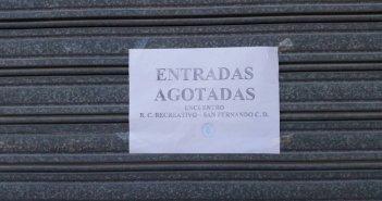 Cartel de entradas agotadas para el Recre-San Fernando.