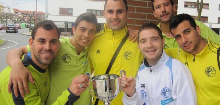 Sergio Cruzado, con algunos jugadores de cantera.