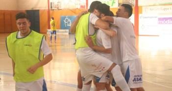 Jugadores del Smurfit Kappa celebrando un gol.