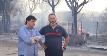 El alcalde de Huelva con efectivos de Bomberos de la capital (2)