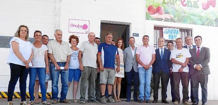 20170719. En la imagen, el presidente y varios socios de Freslucena junto a los representantes de Caja Rural del Sur y Cajamar Caja Rural