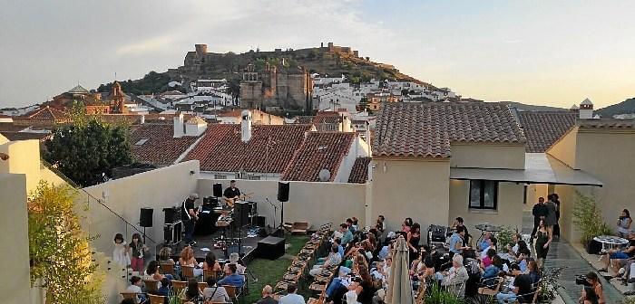 concierto en terraza hotel essentia en la noche en blanco de Aracena