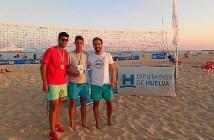 El delegado de Deportes con algunos de los ganadores del Voley Playa