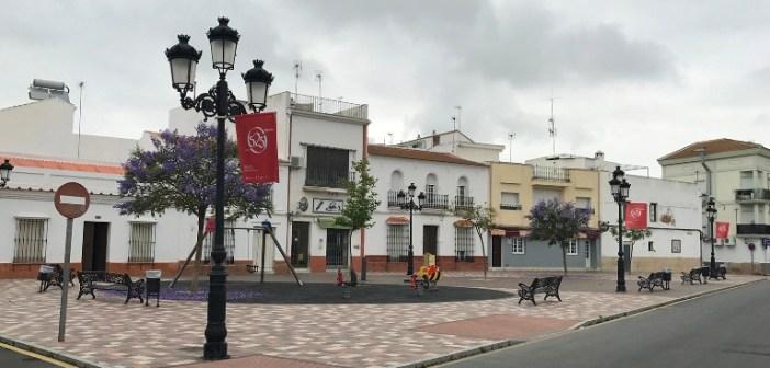 Plaza de la Marina de San Juan del Puerto con banderolas del 525