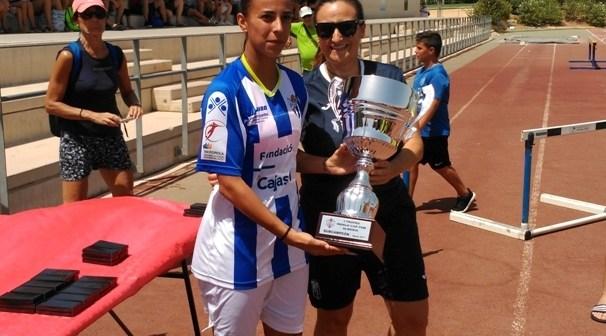Anita, con el trofeo de subcampeón de la I Indalo Cup.