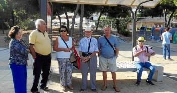 Algunos de los usuarios afectados en la parada de Damas en El Portil