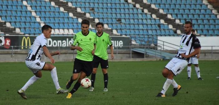 Jonathan Vila ante jugadores del Badajoz. (Tenor)