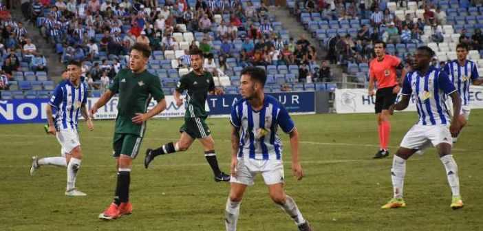 Santi Luque, ante el Betis B. (Tenor)