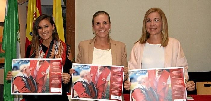 la Alcaldesa, en el centro junto a la delegada de  Mayores, a la derecha de la imagen y la representante de Cuz Roja, a la izquierda, muestran el cartel de las actividades