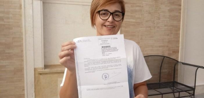 Isabel Lancha, portavoz IU Ayuntamiento de Nerva con escrito del Defensor del Pueblo