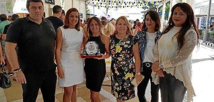 La Teniente de Alcalde y la delegada de Festejos junto a los ganadores y patrocinadores del concurso