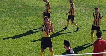 Rafa Álvarez, jugador del San Roque de Lepe, celebrando un gol.