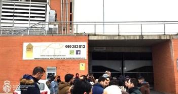 Aficionados del Recreativo a las puertas del Nuevo Colombino.