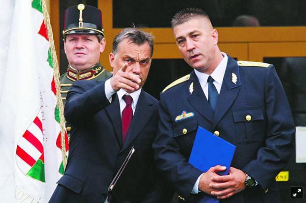 János Hajdu with his boss / Photo Népszava Péter Szalmás
