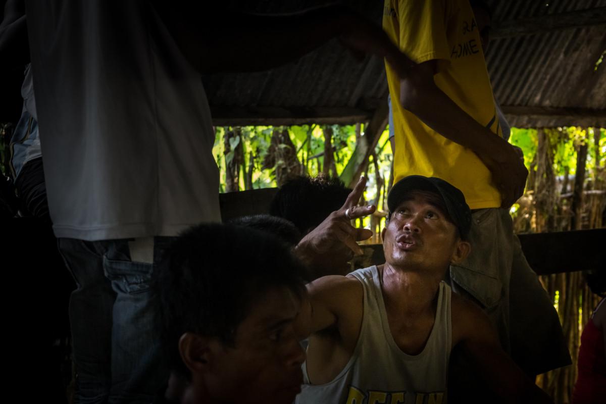 Stávkovanie v akcii, podla ručných signálov chce staviť 200 pesos (4 eurá)