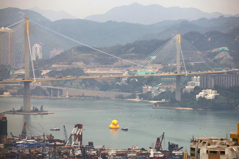 Image of Florentijn Hofman's Giant Inflatable 'Rubber Duck' Floats to Hong Kong
