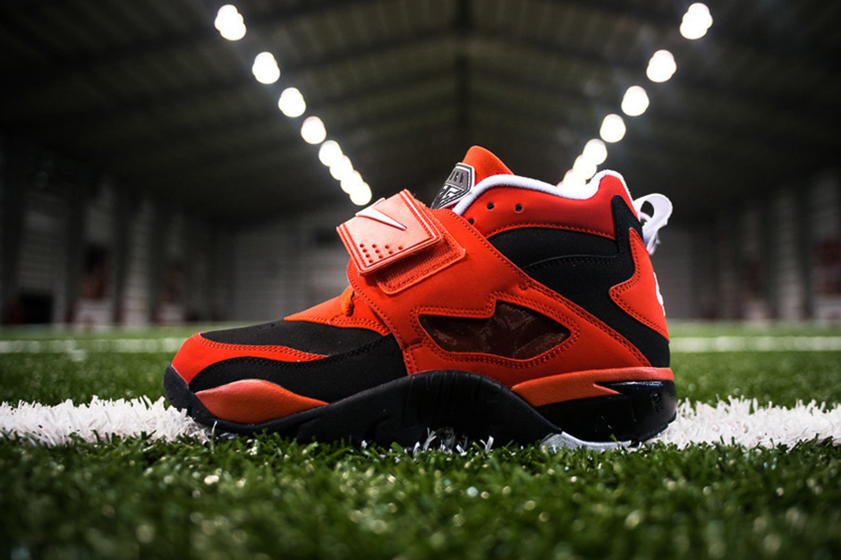 "Image of Nike Air Diamond Turf ""Challenge Red"""