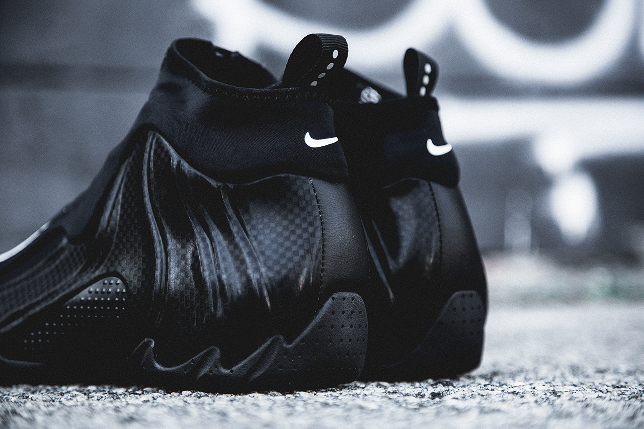 "Image of A Closer Look at the Nike 2014 Air Flightposite ""Carbon Fiber"""