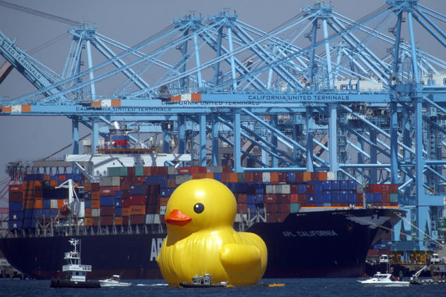 Image of Florentijn Hofman's Giant Rubber Duck Makes its Way to Los Angeles