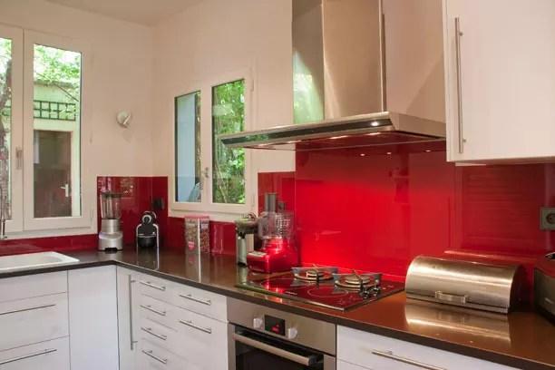 Kitchen Zestful Red Backsplash Between White High Gloss Kitchen - deco salon rouge et blanc