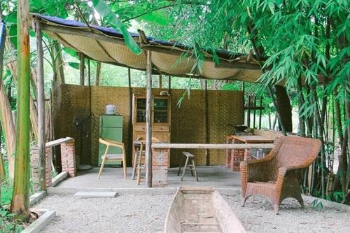 Phía sau nhà là không gian dành cho bếp nấu. Khu vực bếp được xây dựng đơn giản bằng gạch và gỗ, tre nứa.