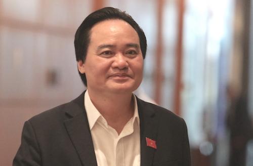 Bộ trưởng Giao dục Đào tạo Phùng Xuân Nhạ bên hành lang Quốc hội trong ngày được lấy phiếu tín nhiệm, 25/10. Ảnh: Võ Hải