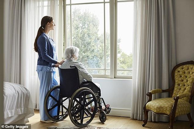 Los hogares de ancianos a menudo no cuentan con el personal adecuado, lo que hace que distribuyan medicamentos antipsicóticos a los pacientes para sedarlos y que requieran menos atención (imagen de archivo)