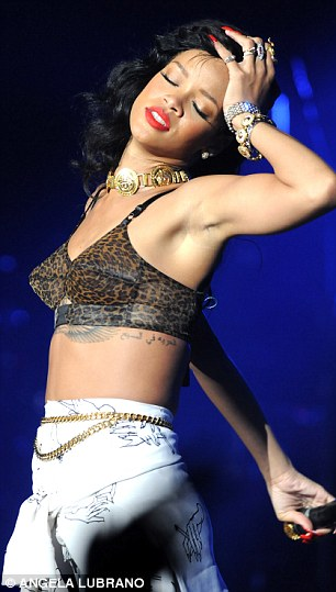 Rude Girl Wallpaper Naughty Naughty Rihanna S Crotch Grabbing Moves On Stage