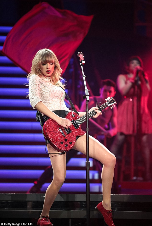 Fall Out Boy Iphone 5 Wallpaper Multimillionaire Taylor Swift Wears Tiny Shorts To Shop At
