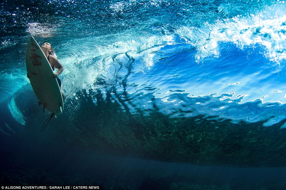 Hula Hoop Girl Wallpaper Beautiful Pictures Of Female Surfers As They Plunge